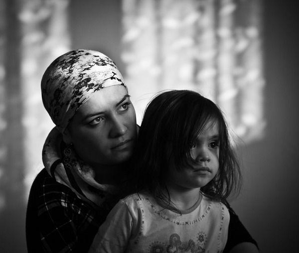 Wzruszająca wystawa ''W połowie drogi...'' przedstawiająca życie mieszkających w Łomży uchodźczynie i uchodźców z Czeczenii