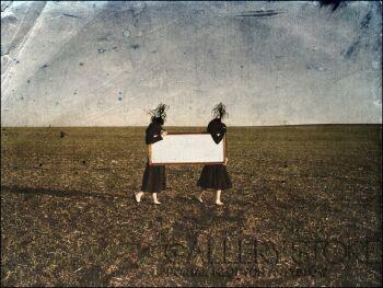 talat darvinoglu-kobiety taskające prostokątne lustro w listopadowe popołudnie-Fotografia